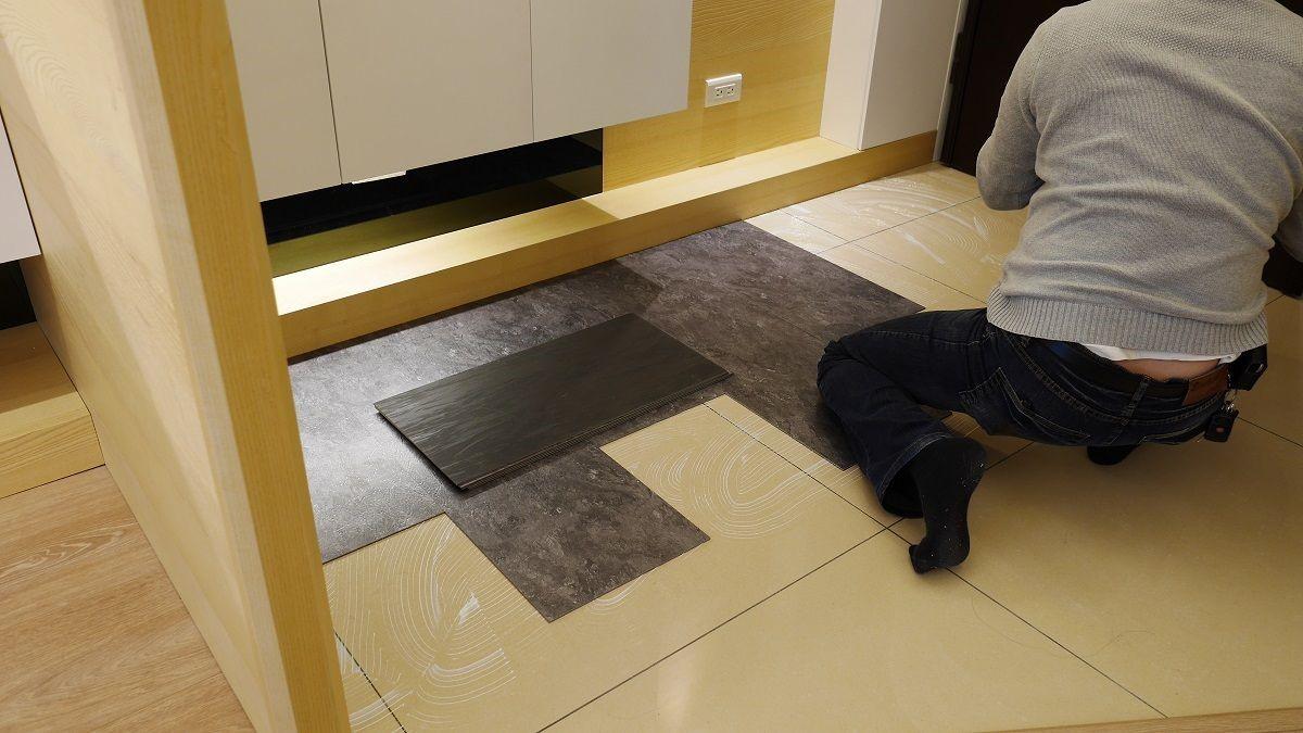 玄關處鋪設仿石紋地磚,和木地板同樣採用直鋪方式。