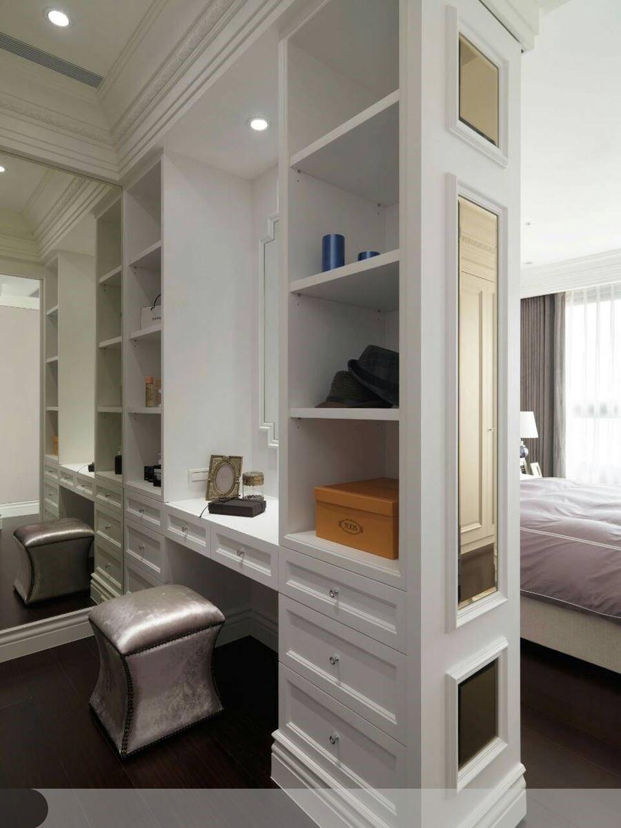 著手進行空間規劃設計時,必須事先了解訂製的床架尺寸,精準的規劃出床頭線板的黃金比例,接著劃分大小適中專屬於女主人的更衣空間。