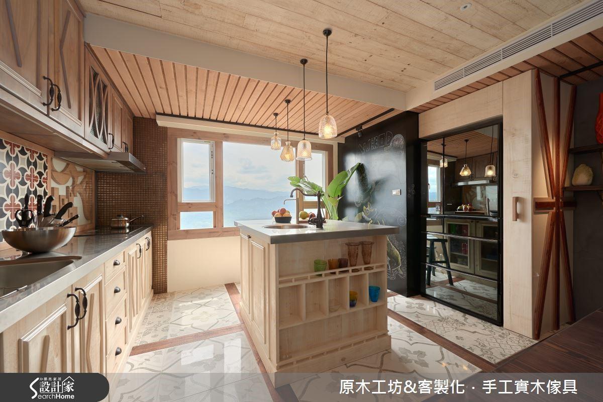 特殊收納設計的中島,是屋主最愛的早餐桌與工作檯。花磚與幾何木紋排列的廚房地面,極具個性。