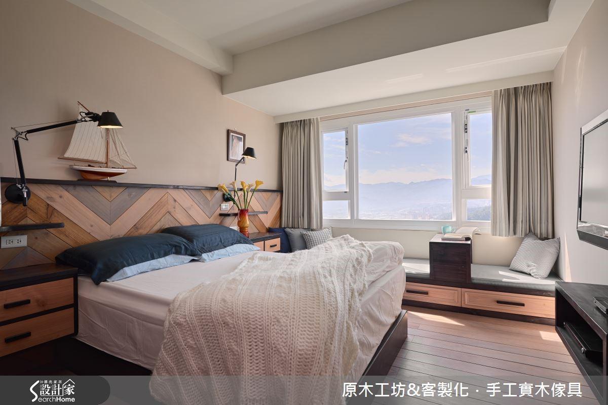 大面積的觀景窗,引光入室,臥榻處搭配機能性的滾輪桌几,同時也可當床邊櫃使用機能十足,下方再增收納空間,更為便利;另外,小型獨立的更衣室,麻雀雖小五臟俱全,使臥室空間更為簡約乾淨。