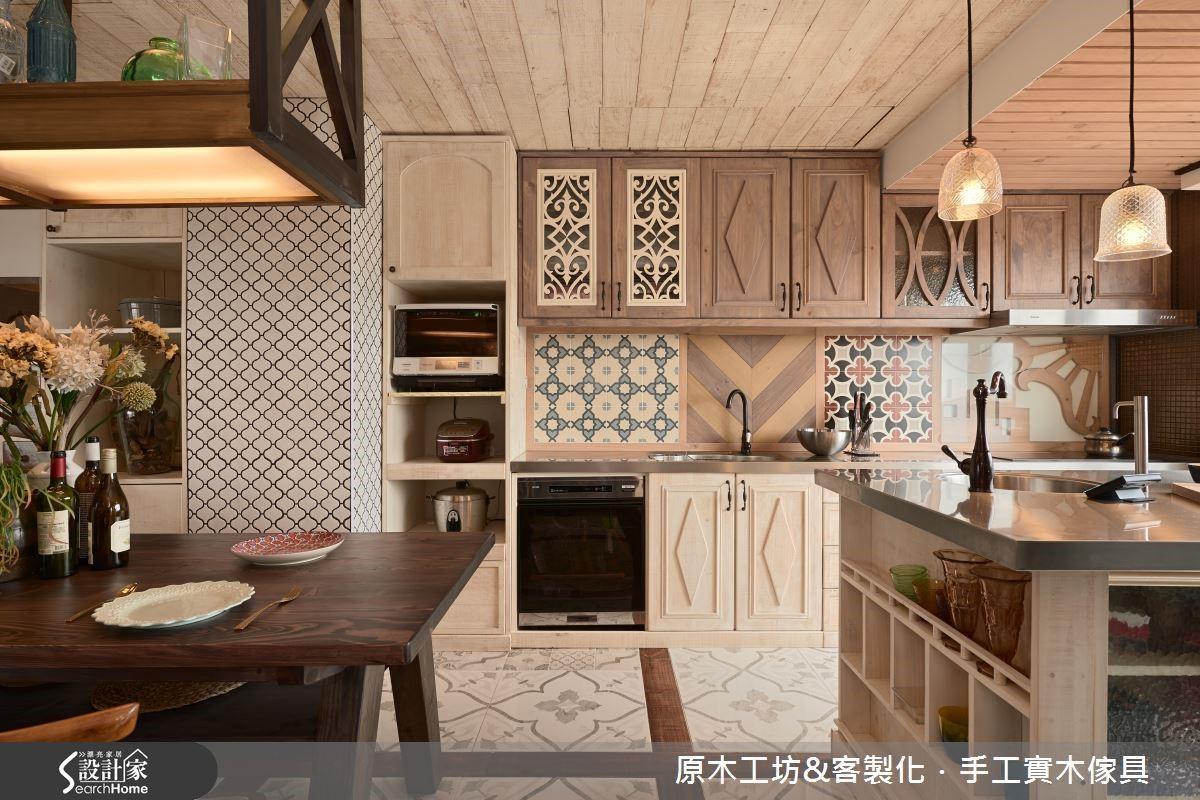 南歐鄉村元素的特製流理臺壁面,以低彩度的木頭與磁磚,採幾何式樣重複拼貼的手法,呈現活潑、多元又具有個性的廚房樣貌。除此之外,設計師特別考量清潔的便利性,最靠近瓦斯爐的木紋壁面設計,則以玻璃隔開,以利擦洗。