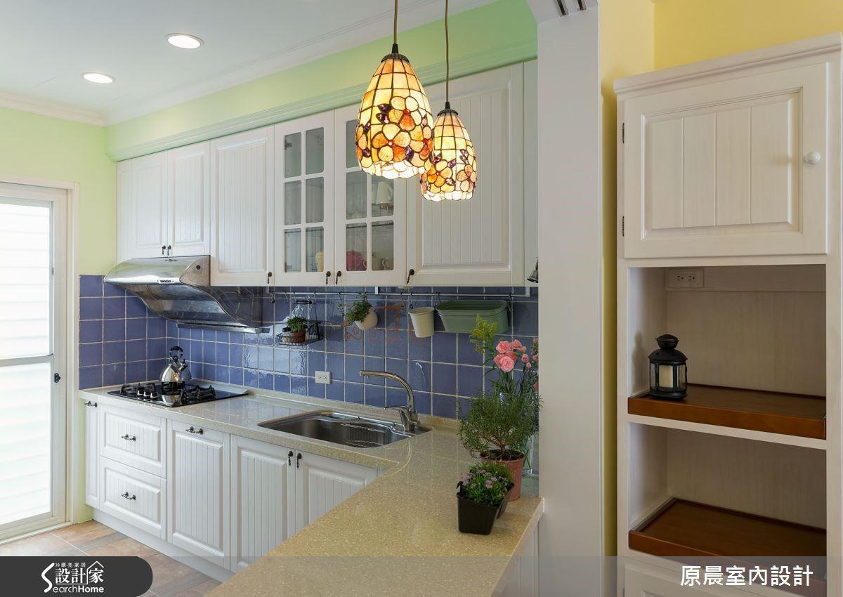 鄉村混搭的溫暖住家以玻璃拼貼的燈飾安排,烘托溫馨可親的空間一角。