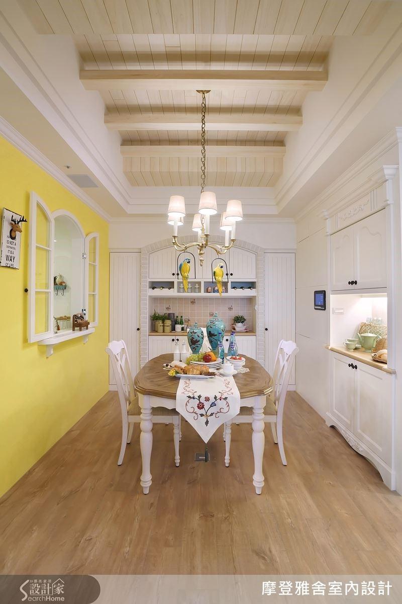 柔美線條的圓拱型餐櫃輔以文化石,提點出鄉村風格的懷舊氛圍。