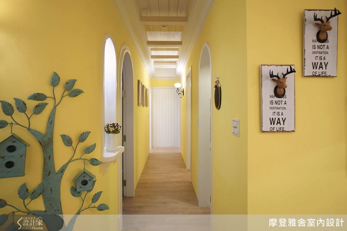 廊道壁面以圓弧造型取代尖銳直角,並將屋主旅行的回憶相片及收藏品打造令人回味的記憶走廊。