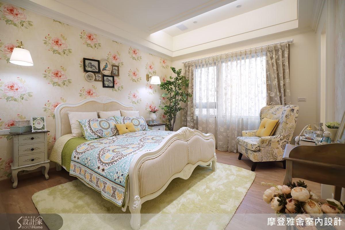 臥房透過壁紙的柔美優勢,展現慵懶而優雅的休憩氛圍。