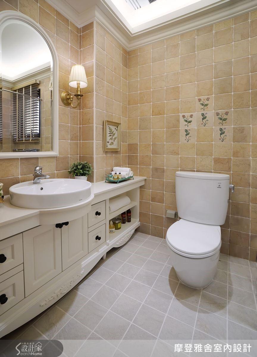 衛浴空間以玫瑰花磚妝點鄉村氣息,再度展露屋主浪漫優雅個性。