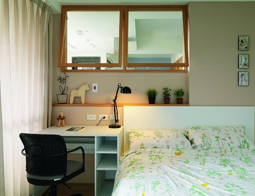因應主臥房門改為橫推拉門所衍生的牆面厚度,創造出小層板的設計,可放置鬧鐘、眼鏡等小物件,取代一般床頭櫃的置物功能,卻又完全不會佔據空間。