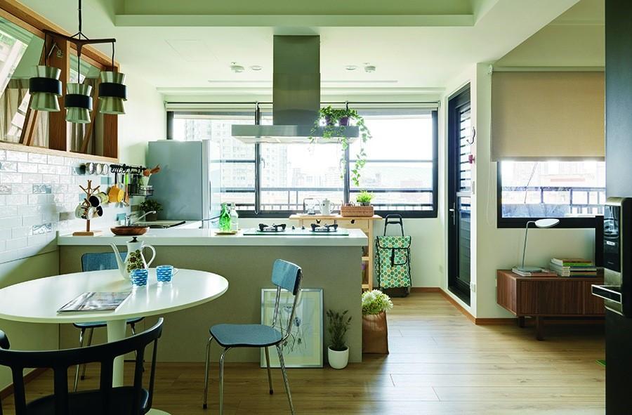 對13 坪的空間而言,能擁有眼前的大餐廚實屬幸福,捨棄一房釋放出更為開闊的公共廳區,廚房也得以擴大為L型廚具,並可與冰箱形成流暢的三角動線。