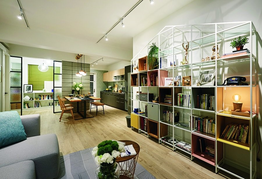 位於餐廳旁的書房,將隔間改為玻璃拉門設計,一方面可增加明亮度,也能保有視覺的延伸放大,而拉門中段部分特意使用裂紋玻璃,倘若未來變更為小孩房使用,亦兼具私密性。