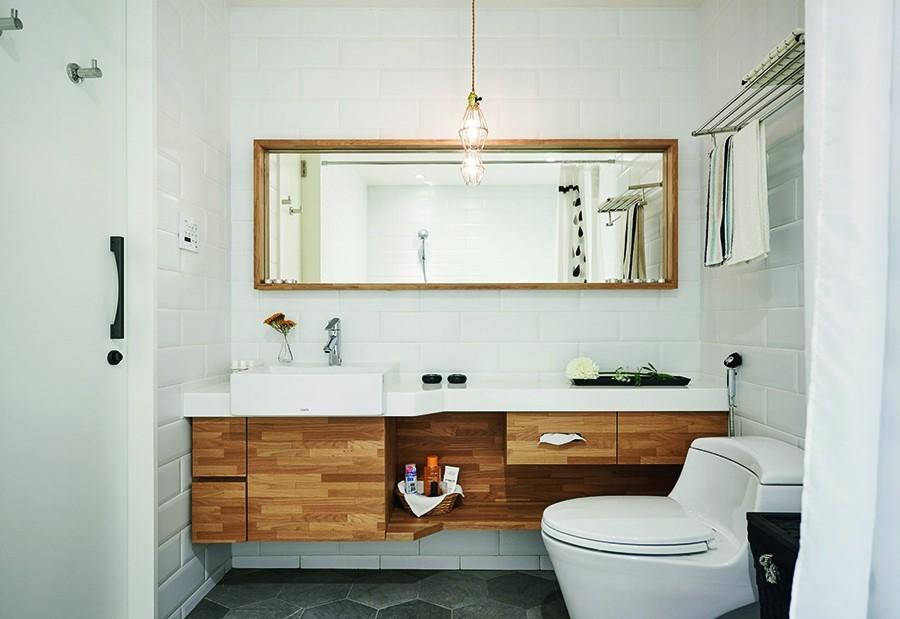 原本幾乎只有小小面盆的使用,在空間尺度的調整過後,主臥衛浴擁有一道長形洗手檯,利用機能的分割設計,收得更乾淨俐落,溫暖的木質基調也回應空間的療癒與放鬆。