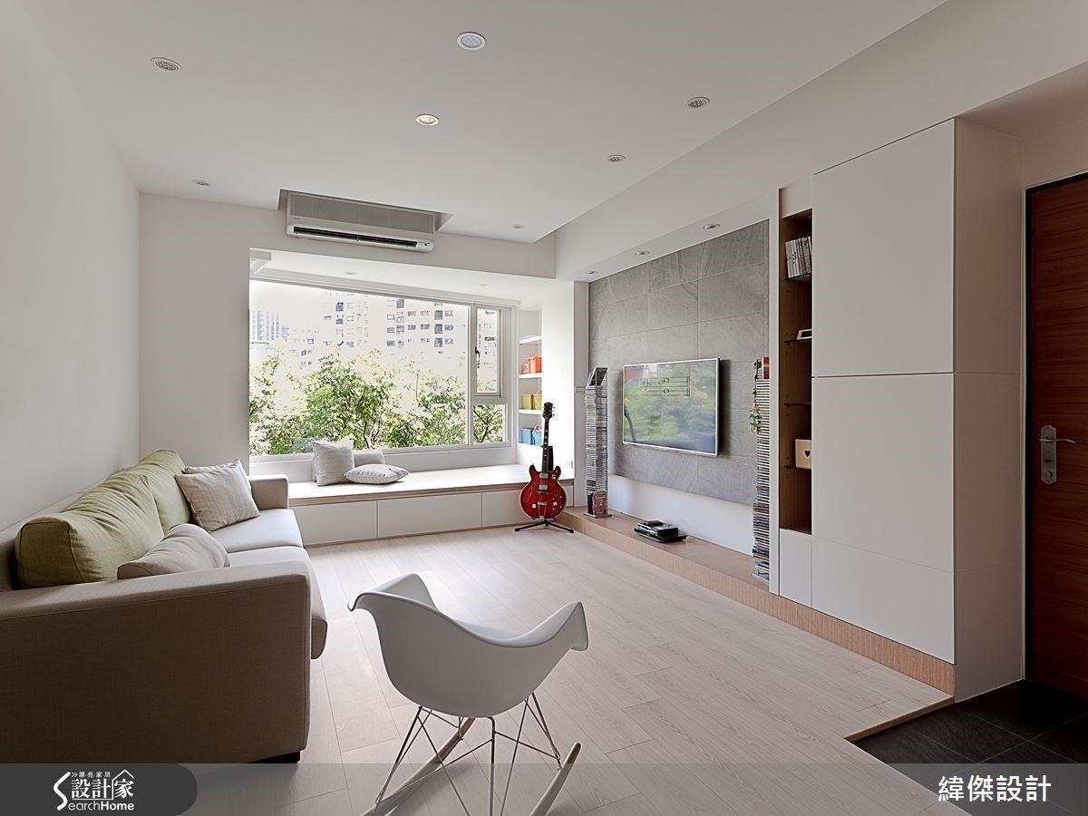 由室內推展至室外綠意,光線停留在樹景枝葉的光影,也因這樣的延展而囊括成為室內景象的一環。