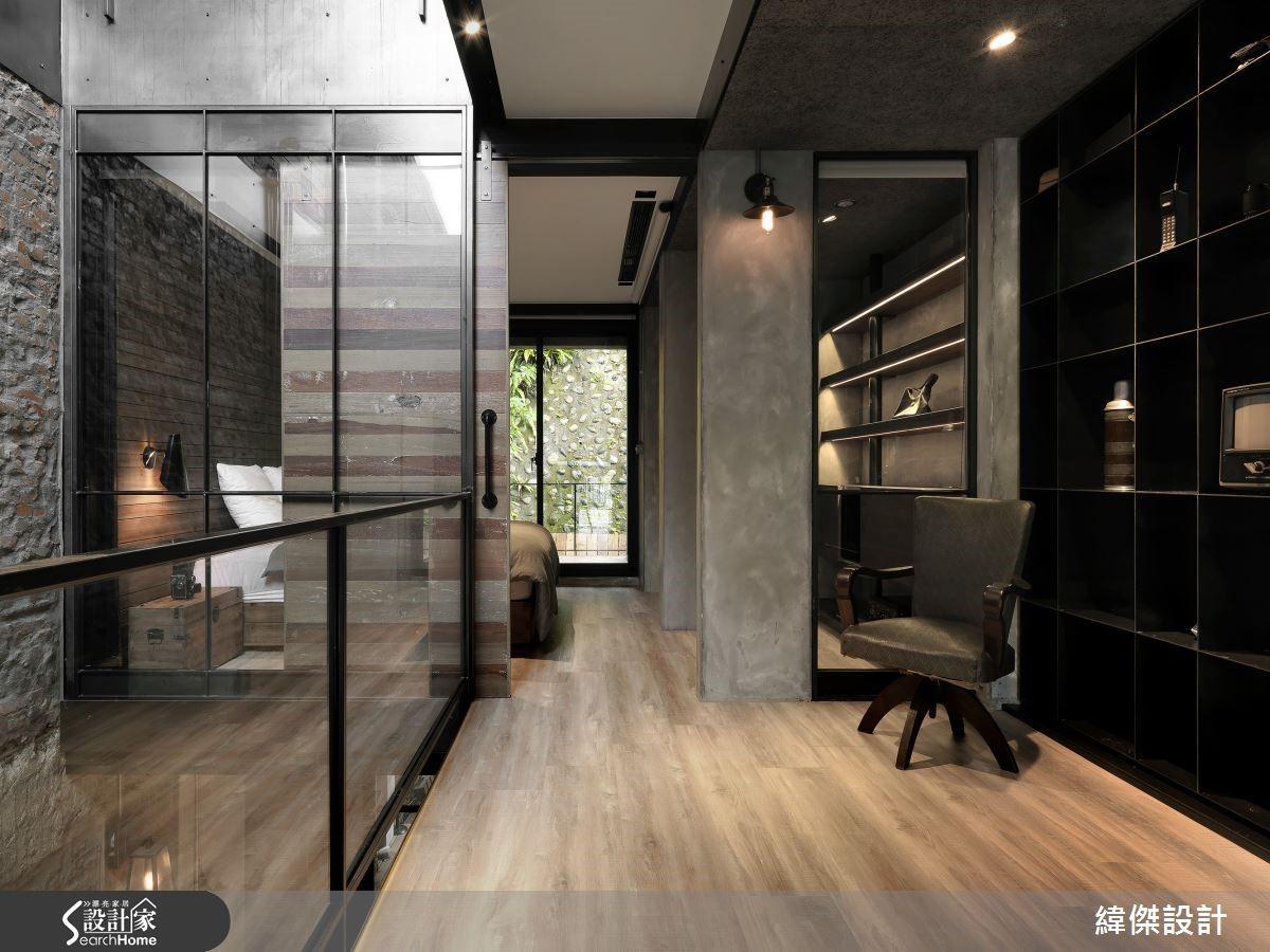 善加搭配清透玻璃與鏡面等材質,天井引入的光線更易於逡巡空間之中。