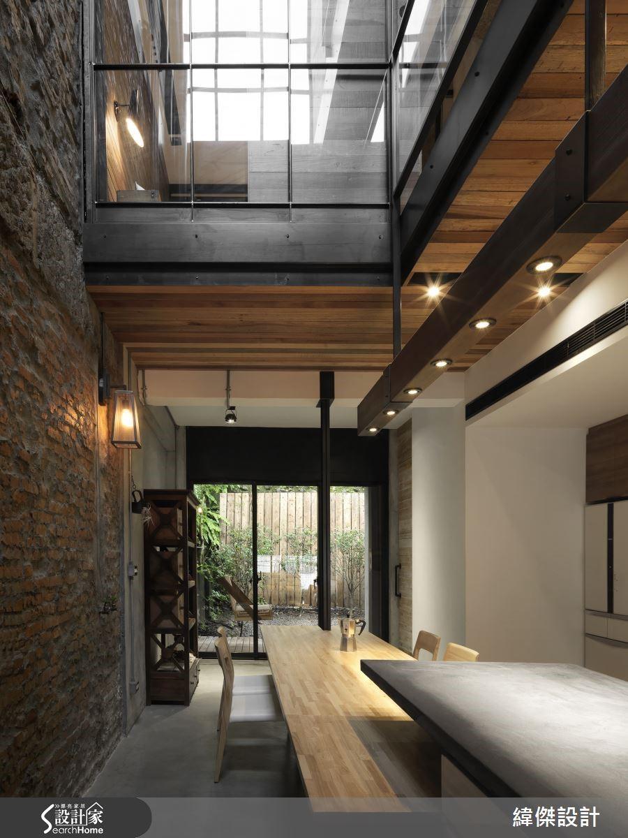 益於容納日光的天井設計,使空間格局形式相較一般制式配置更富有新意,結構上的巧思也賦予空間獨特的造型與視覺延續感。