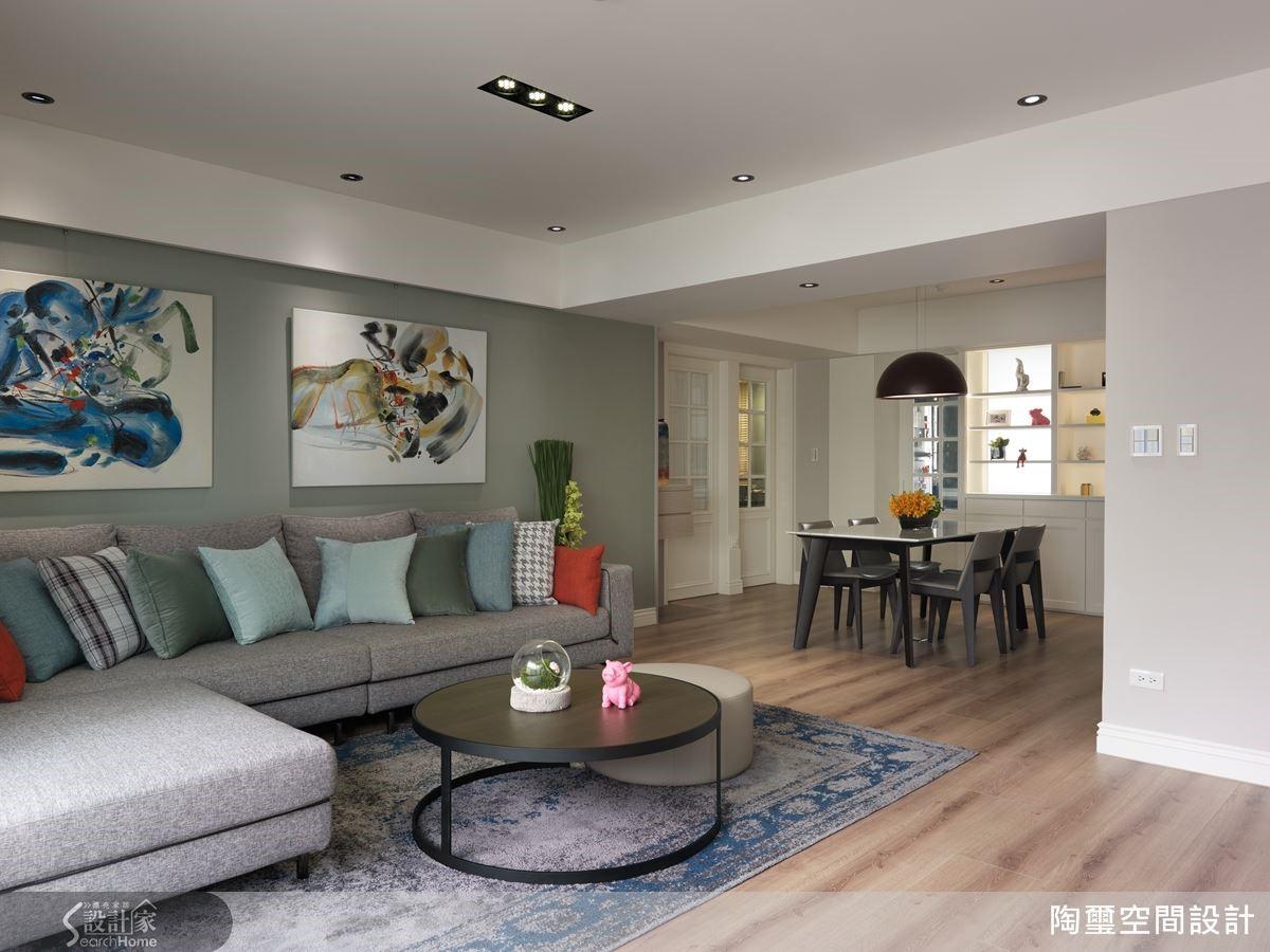 利用色系相近的軟件與地氈,為端景牆打造富有層次的視覺效果,地氈更能有減緩碰撞、提升冬季室內溫度的優點。