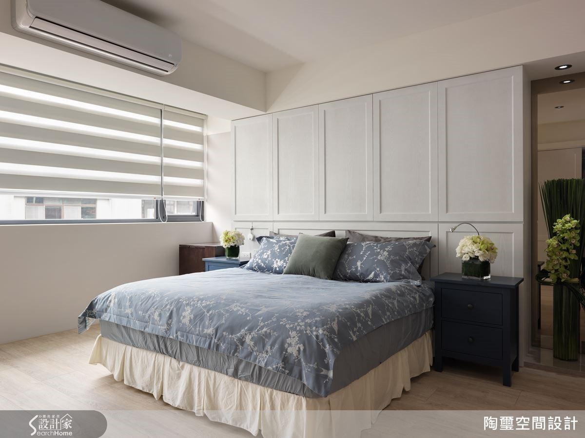 針對收納機能,設計將床頭牆與櫃體結合,進一步以簡約線板打造美觀外型。