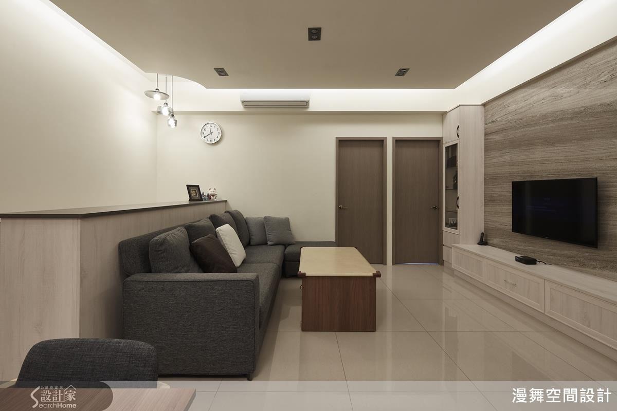 設計師透過大理石電視牆表現居家品味,不過多的裝飾營造整體輕鬆簡單的居家氛圍。