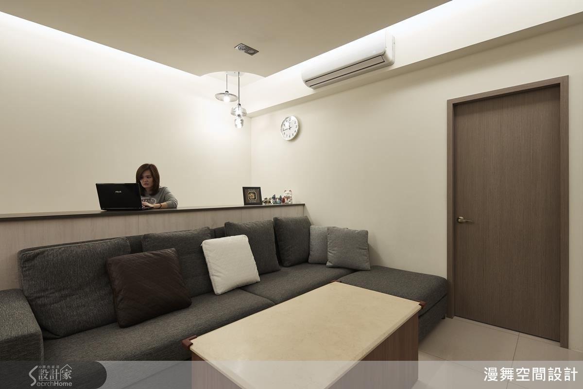 為避免電視牆面與沙發距離過遠,設計師巧妙的靈活運用空間,將沙發背後的小空間創造出書房多功能室。