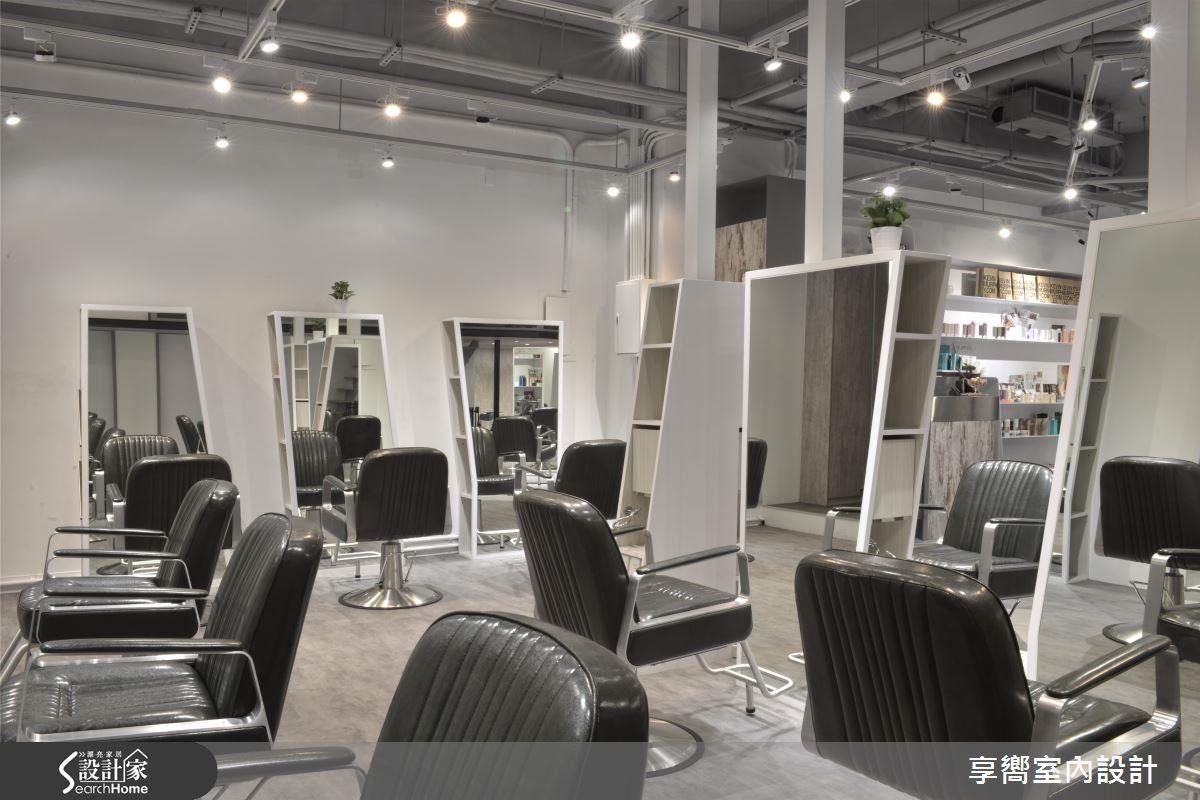 空間設計機能必須大於表現設計,滿足生活使用,梯形鏡檯兩側皆有豐富的收納空間,體貼消費者需求。