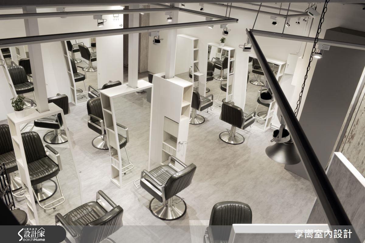 以髮型師剪髮動作為概念,建構由地面而生的鏡檯,環狀陣列座位佐以造型吊燈成就舞台氛圍。整體靈活的軌道燈滿足空間照明。