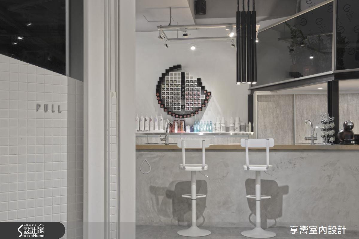 染劑吧檯以鍍鈦鋼板為面便於維護保養,同時加乘場域氣勢。髮束概念訂製專屬吧檯吊燈,更顯空間獨特個性。