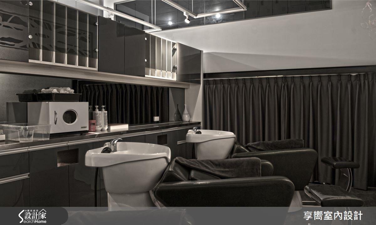 洗髮區座位考量距離舒適度,以結晶鋼烤面板與石頭漆鋪陳,防火窗鏤空裝飾,讓空間氛圍更完整。