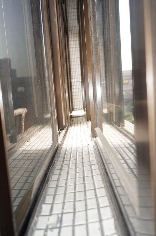 台灣傳統老公寓常見的雙層女兒牆設計,若遇迎風面侵襲,容易讓中間的水泥牆產生腐蝕問題,甚至導致結構危機。