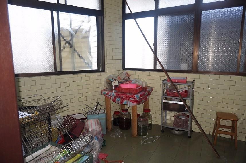 空間底端的廚房,比例過大且形狀畸零傾斜,地坪磁磚多處爆裂造成凹凸不平的問題,令人不禁擔心媽媽進出廚房的安全,早已成為居家隱憂。