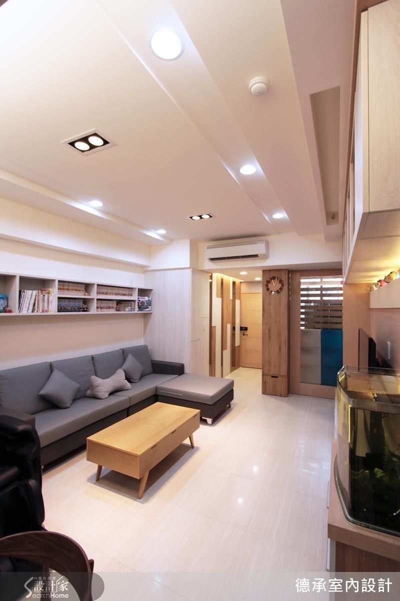 為解決客廳的樑體壓迫,採用天花吊櫃配置,模糊掉電視牆與沙發牆的樑柱界線。
