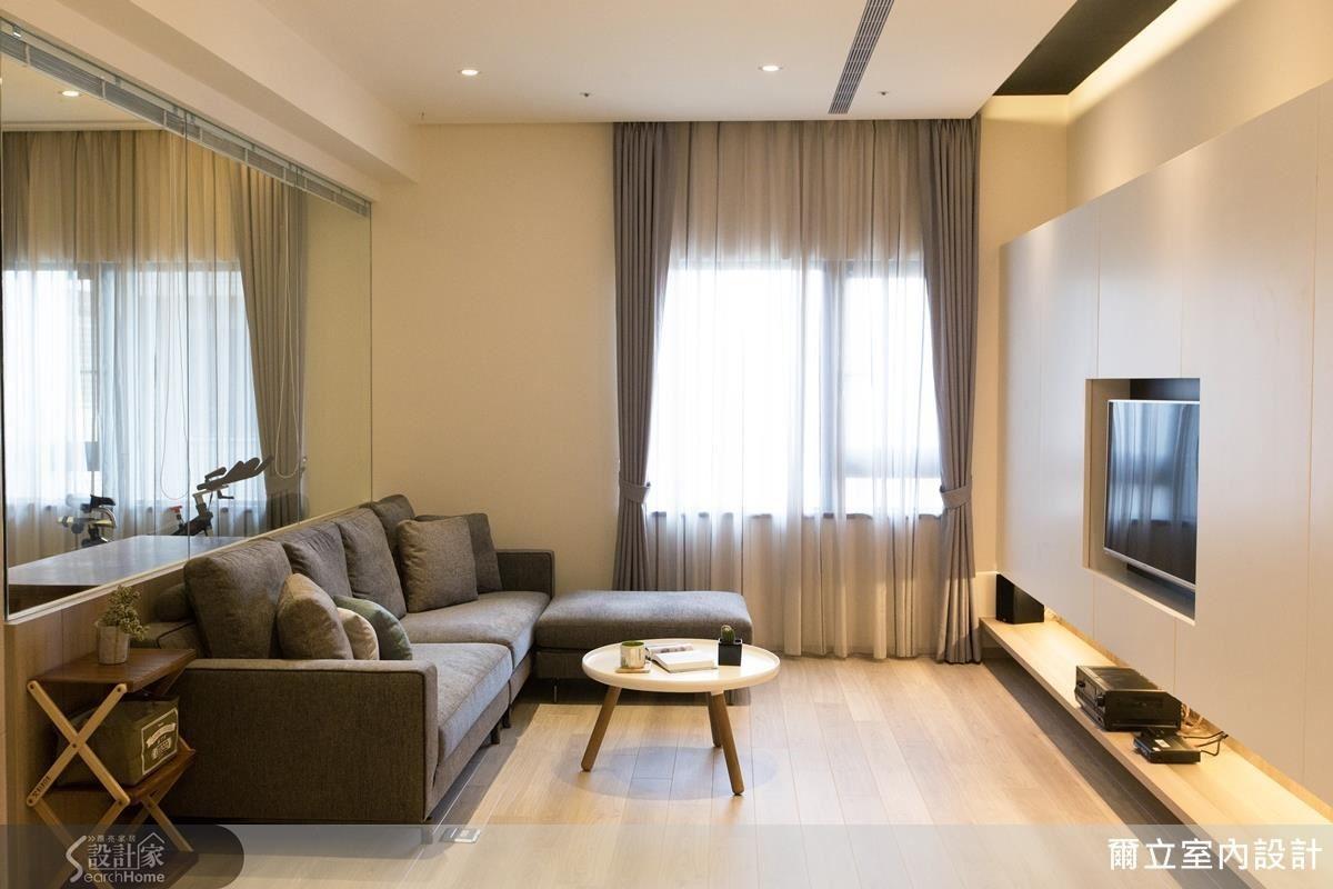 將原先客廳沙發牆打除,藉由流動開放的格局重劃,使生活中充滿對話可能。