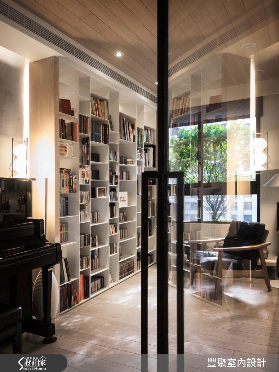 鐵件收納書櫃增加使用空間。