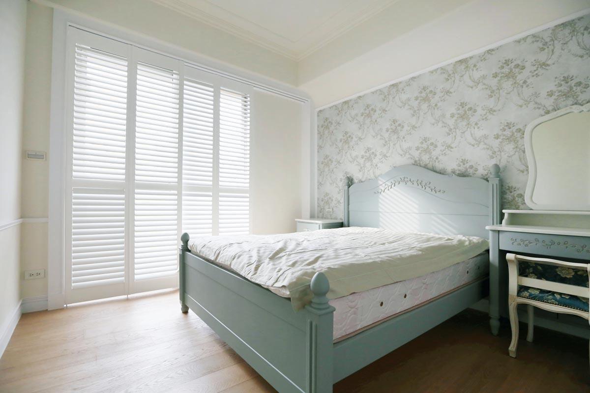臥室落地窗,可以選擇 NORMAN 軌道式百葉門系列,輕鬆操作。