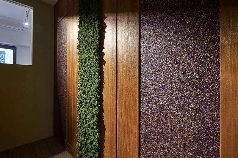 空間延續對天然的堅持,選用幾近天然的有機建材來妝點空間,浪漫又帶有自然花香的「紫色飛燕草」就像是森林裡的繽紛色彩般的亮眼。
