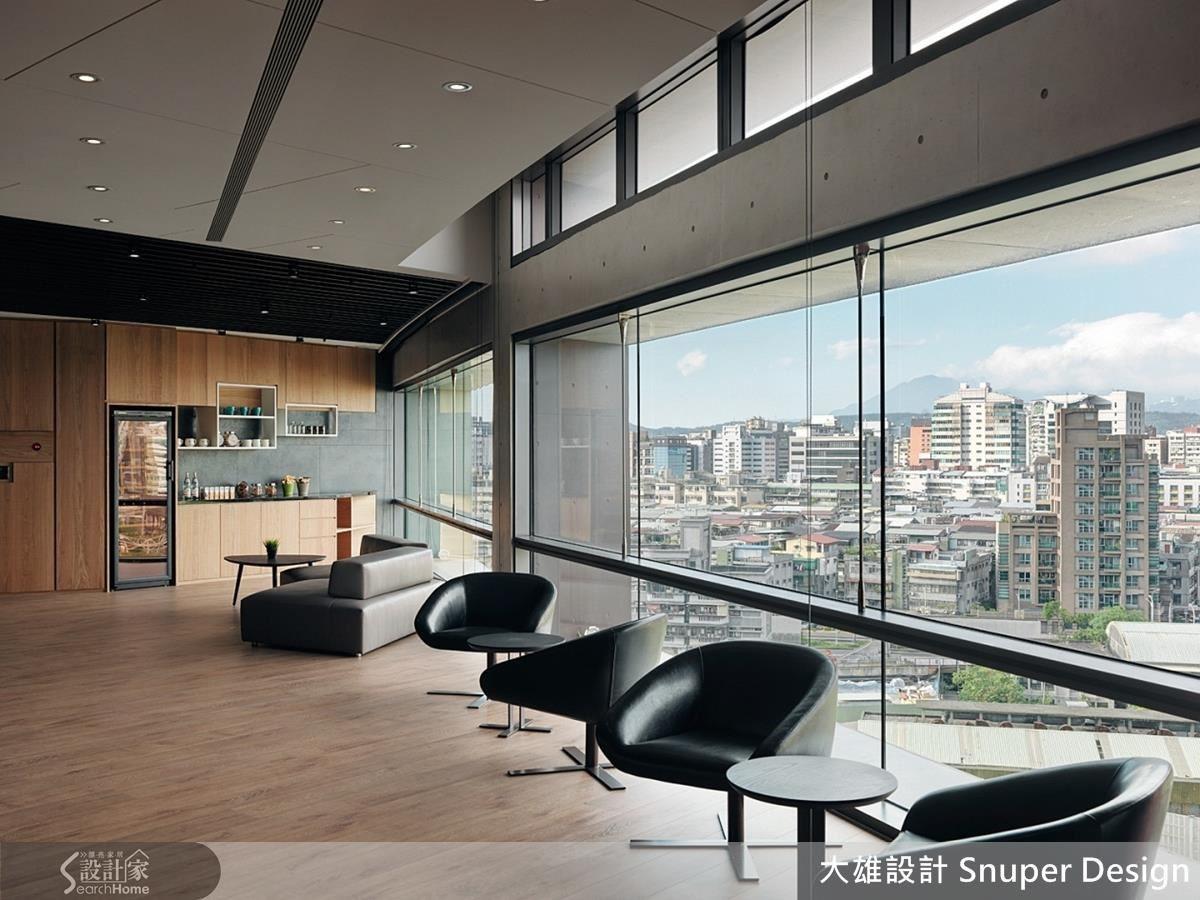 玄關處設立迎賓接待區與輕食區,讓訪客感受舒適無壓的第一印象;弧狀的走道設計結合機能使用,打造完美的生活動線且豐富空間層次感。