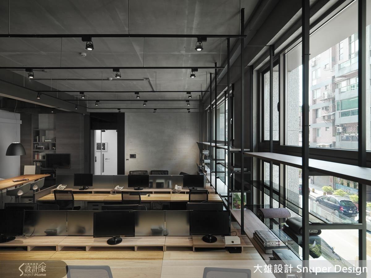 運用自然樸實質感的木質元素打造工作桌,以平衡空間中的冷冽感;辦公桌上的小隔屏透過灰玻延伸空間穿透感,卻也留有隱私性。