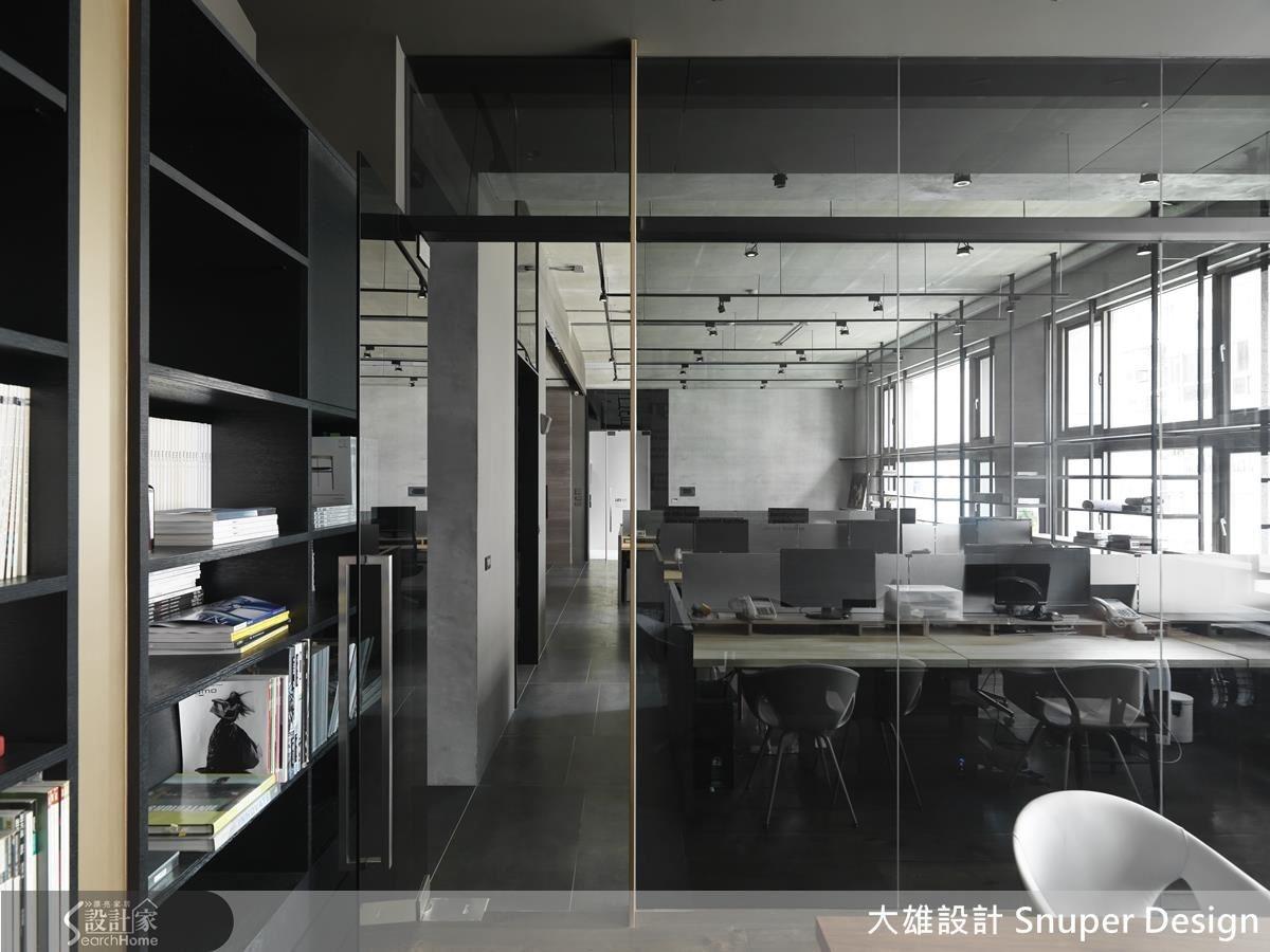 利用大面積落地灰玻璃隔出獨立辦公室,解除封閉感,其帶灰的色調一方面與外部空間設計呼應,一方面又具有半穿透特性。