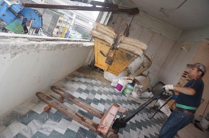 廢棄物須立即堆疊整理,以不影響工程進行為原則,待吊車到達,即可拆除靠街的窗子,把廢棄物吊下去、建材吊上來。