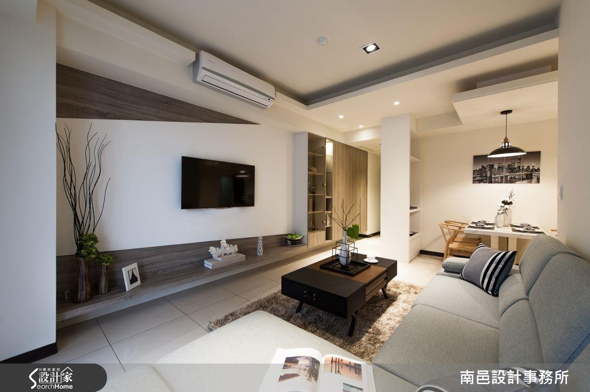 設計師在玄關、電視牆與臥房都納入收納櫃巧思,更巧妙利用櫃體當隔間!
