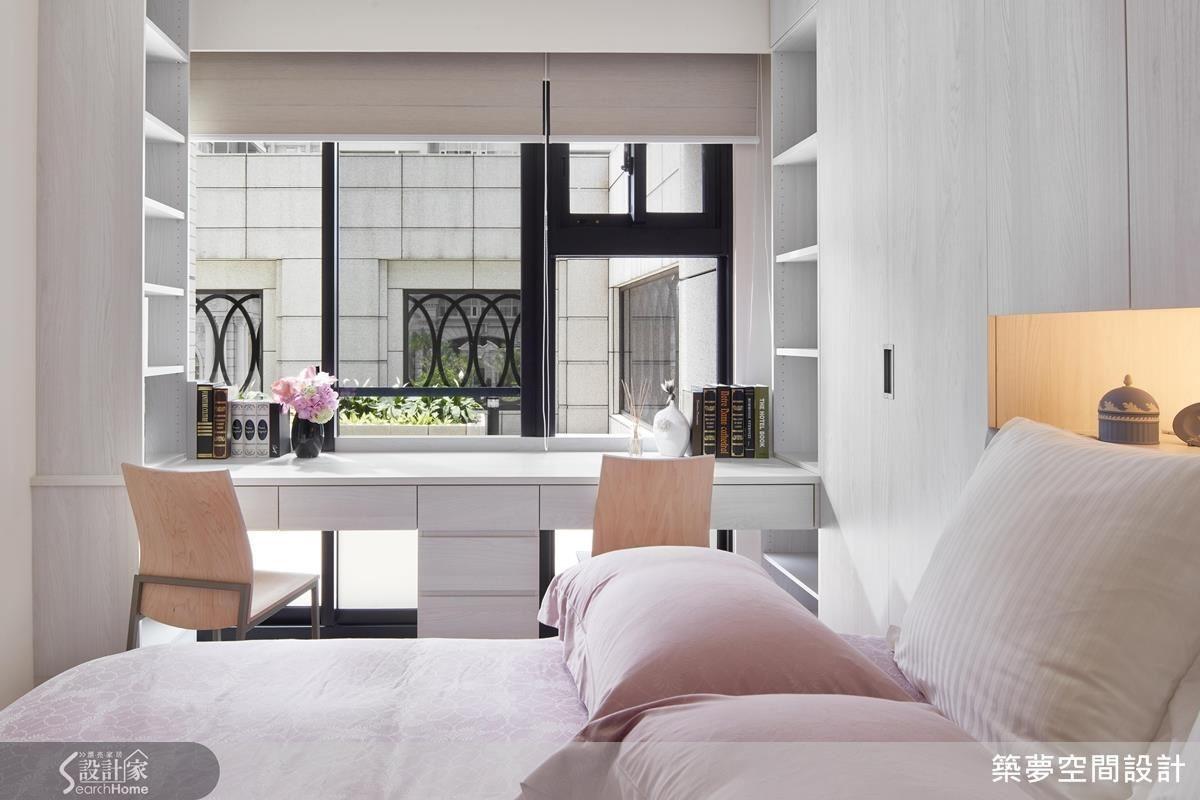 臥室至頂收納櫃,滿足了生活收納之需,以隱藏式門化解浴廁門同時加乘整體美學氛圍。以寢飾、軟件搭配彰顯使用者個性,建構滿足休息與機能的簡約品味。