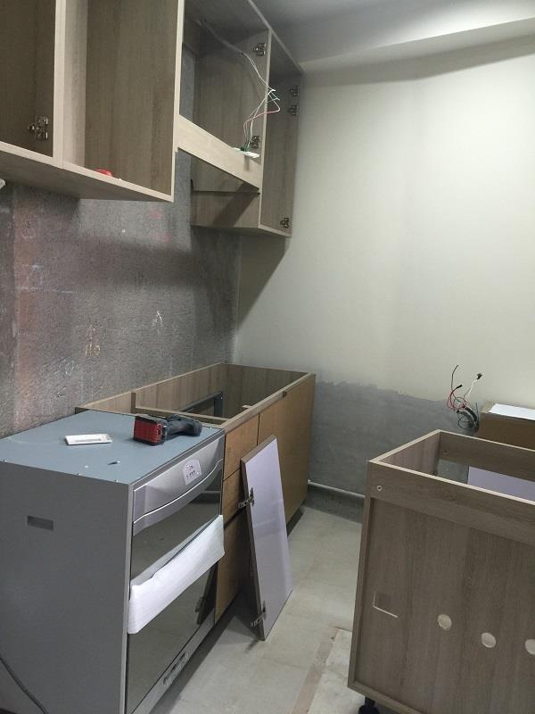 已預做桶身的系統廚具相當節省現場作業時間,只需半天的作業,就能完成廚具櫃體的雛型框架。