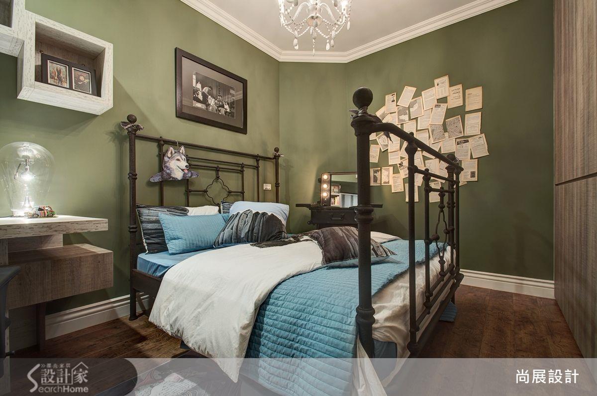 橄欖綠壁面、復古鐵件床架、滿牆的明信片與好萊塢式的化妝台,彷彿來到紐約藝術家的房間,搭上巨型燈泡桌燈,完成藝術性十足的混搭風臥房!