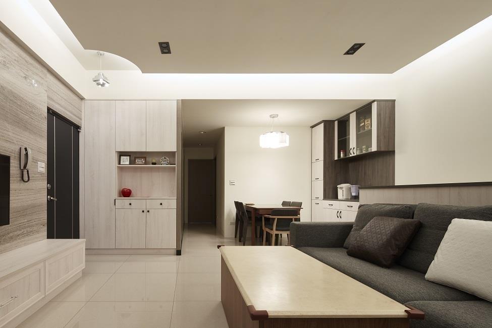 配合純白簡約空間,設計師選用黑、白、灰三色軟件,搭配色調清淺的木質元素,讓暗沉老屋化身清爽居家。