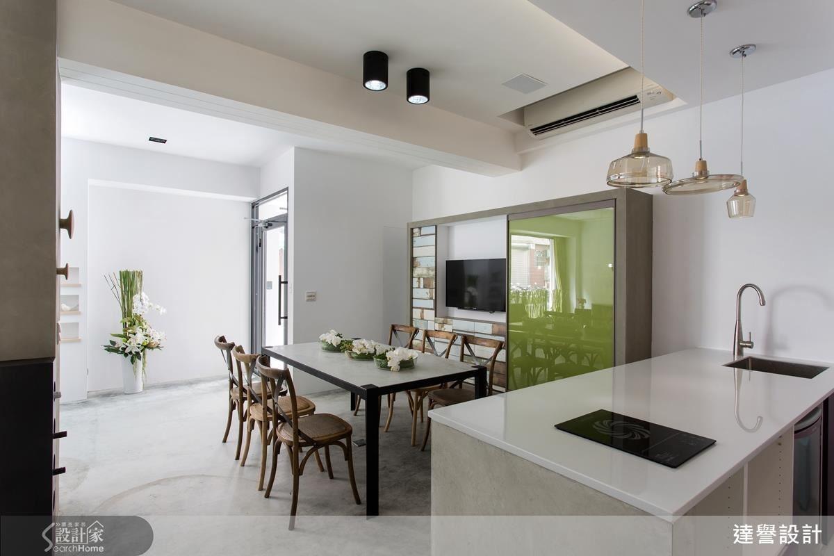 透過餐廚吧檯打造的輕食區可讓使用者與訪客獲得輕鬆與舒適感。