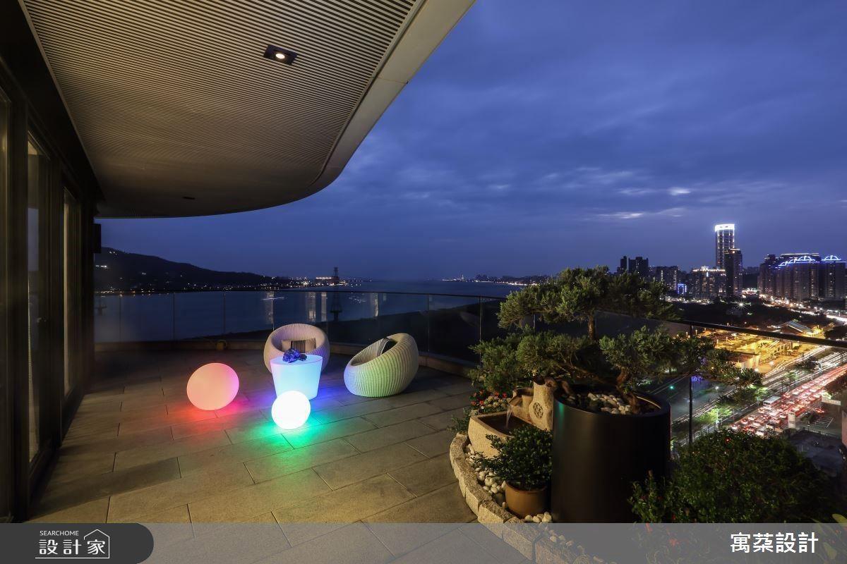 當初正是因為女主人十分喜歡這片海景,男主人才買下這間一層一戶的大宅,面對出海口的建築有著三面的ㄇ形露台,設計師以有趣的圓形落地燈具增添氣氛,映襯海灣夜色,賞景更有情調。