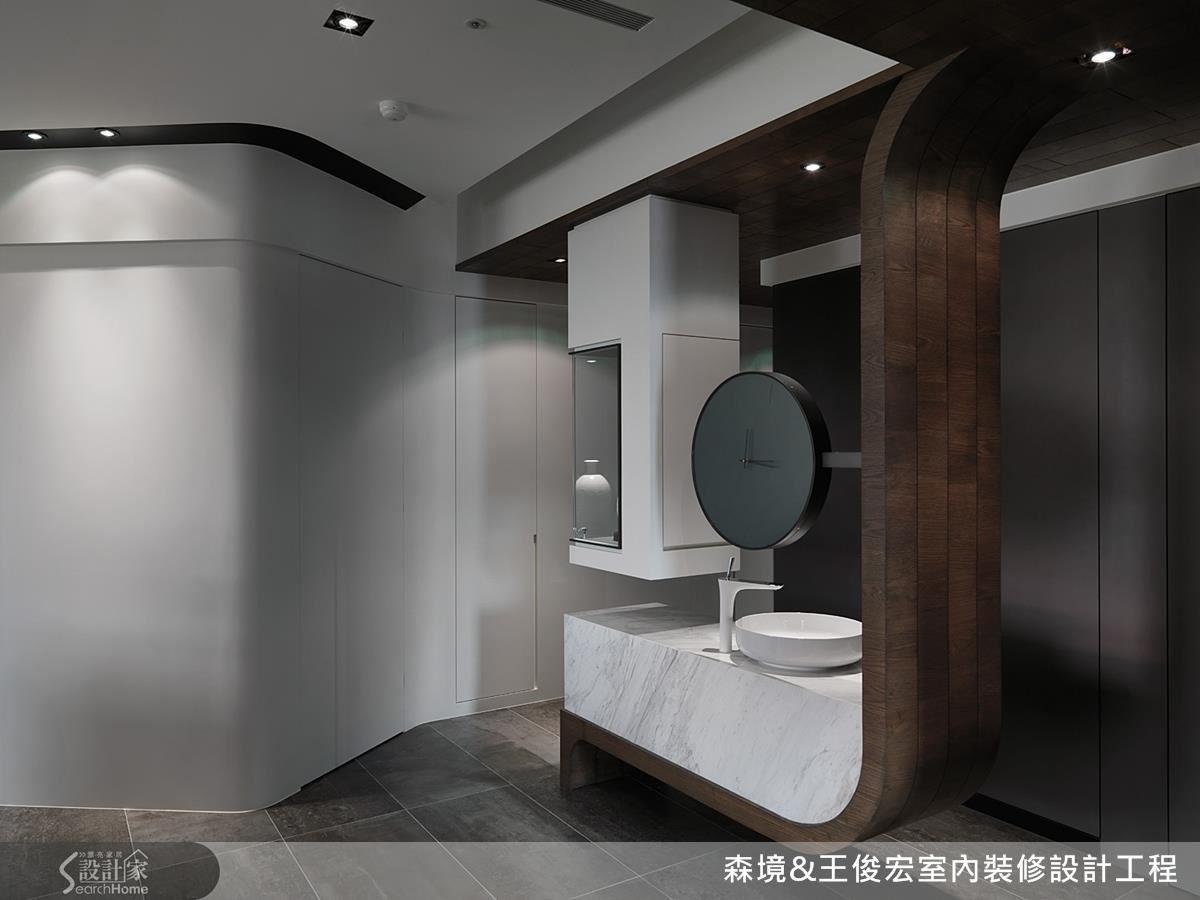 玄關入門處,將盥洗檯自衛浴挪出,與玄關端景融合的設計手法,讓人拍案叫絕。