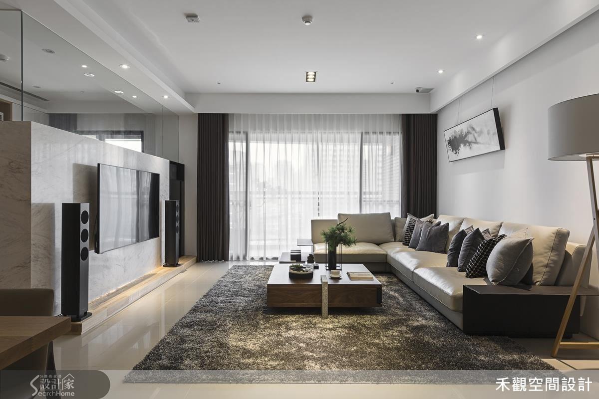 微幅對調了客廳沙發牆與電視牆的位置,當屋主身處這開放式的空間中,更能享受寬闊的感覺。