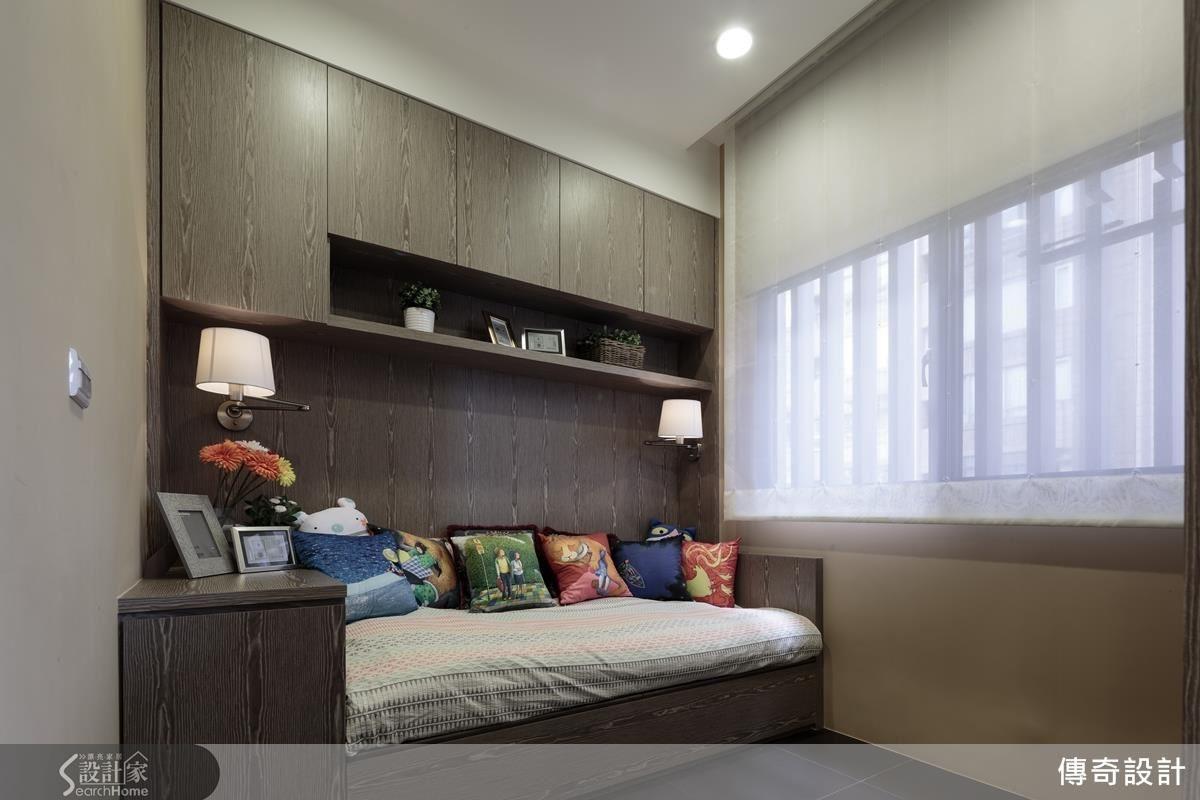 進門原本直視廚房,格局微調後,拆除原有隔間實牆,改以穿透感的櫃體做區隔,增加小空間的展示收納機能;書房設置臥榻,可坐可臥,使用更彈性。