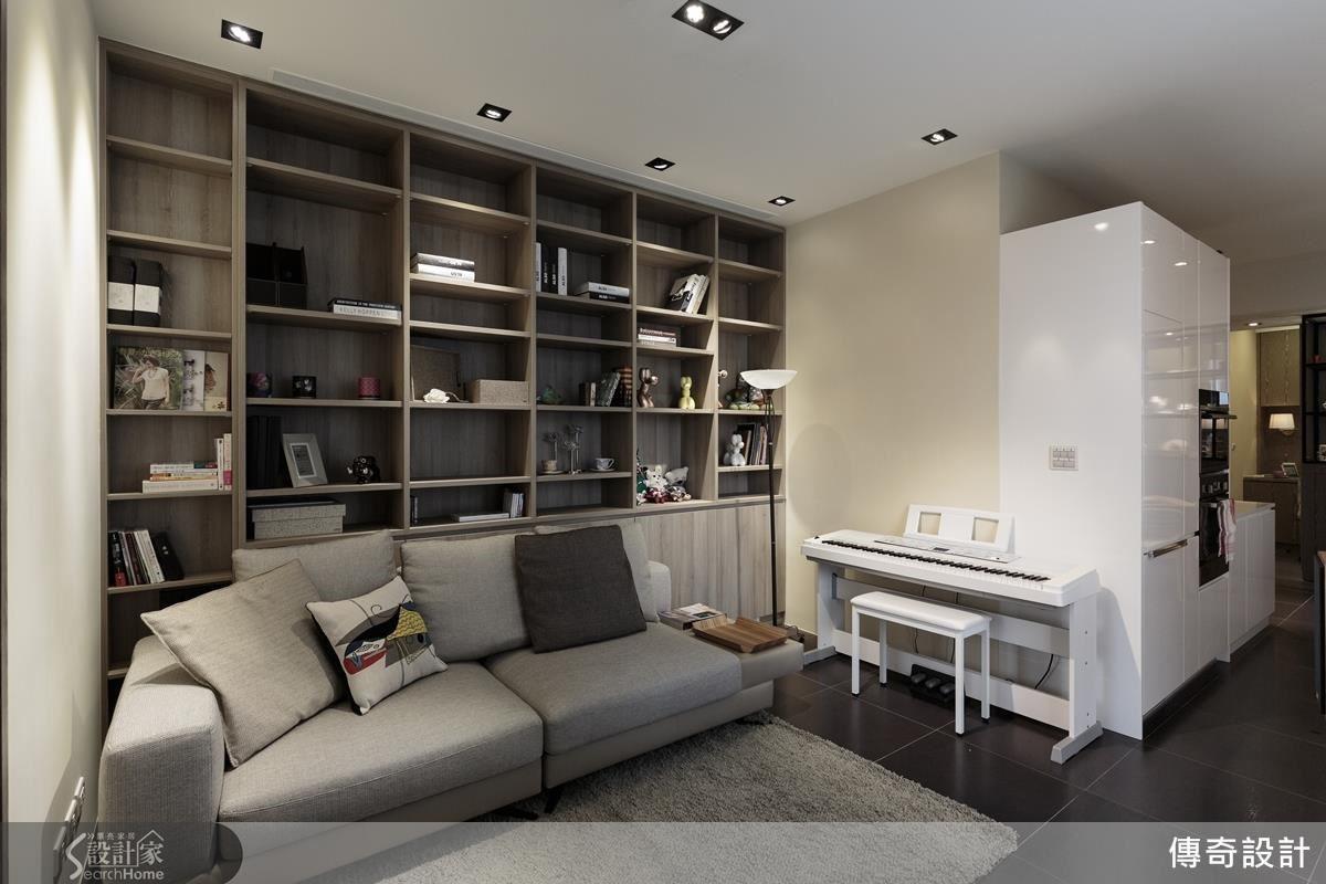 客廳依據視覺與實際動線需求,將原本的電視牆與沙發位置互換,廊道動線變得更清爽流暢。沙發背牆則以層板隔出大小不同的格櫃,簡單中帶有變化,又有充裕的收納機能。
