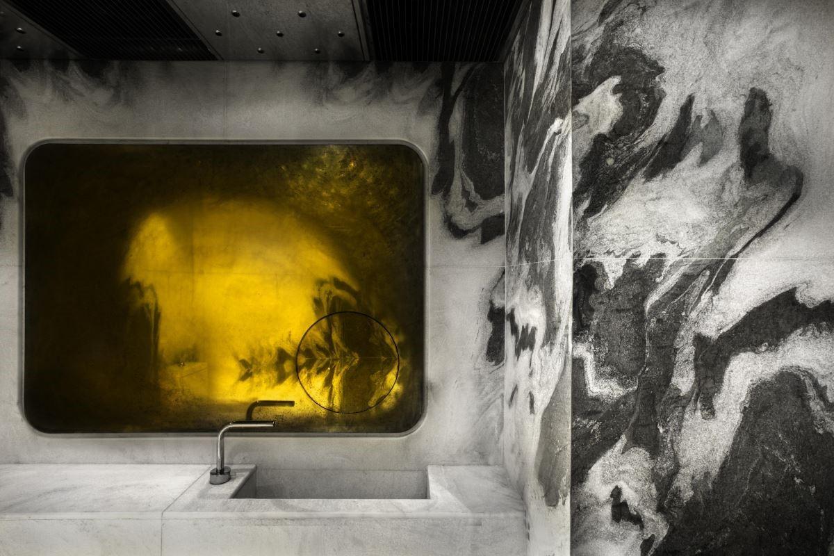 接待櫃台和洗手間的黃銅表面,使用的部分在日常接觸的打磨下變得光潔如鏡,其他的範圍則因為不常觸摸而氧化,在摩挲與荒蕪之間慢慢勾勒出深刻的圖案。