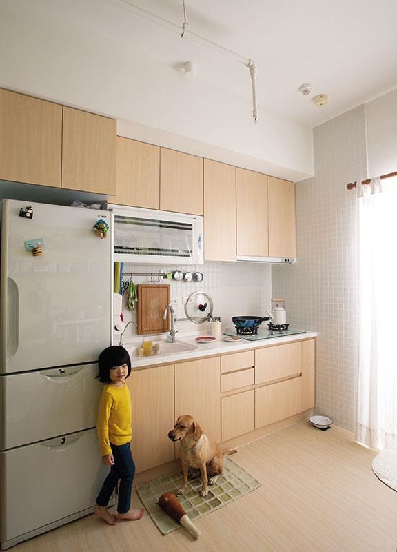 一字形廚具吊櫃搭配下櫃分區收納。  攝影_沈仲達