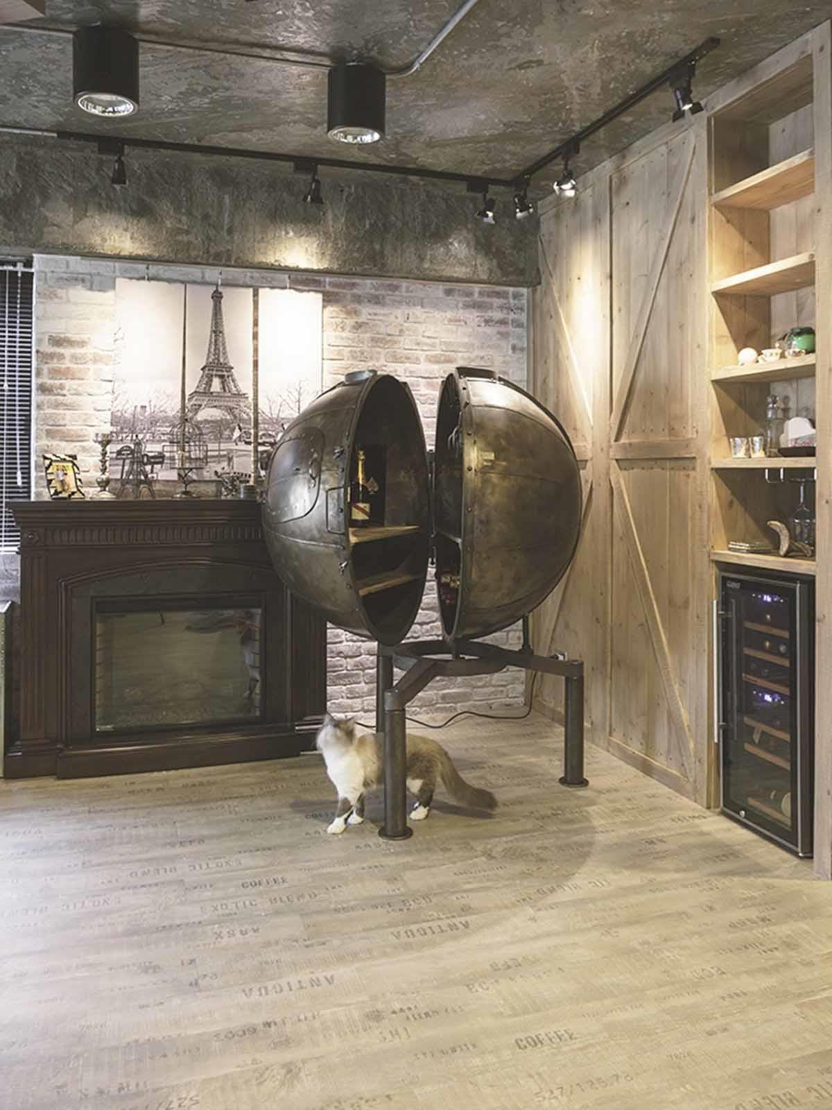 大型酒櫃成吸睛焦點。電影《惡棍特工》內的巨大球型紅酒櫃,特殊的造型成為空間的注目焦點。牆面以實木皮鋪陳,中和鐵件、水泥的冷硬。